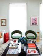 """客厅的另一侧,大窗的右边是一幅名为""""Justin""""的丝质彩色画,作者是Ari Marcopoulous,左边则是一幅Marcel Dzama创作的素描,两幅作品均来自Helga De Alvear画廊。两把20世纪50年代的EL 8法式座椅旁边立着来自Vintage 4P的黄色烟灰缸。最爱的经典设计的确值得投资,搭配上从二手市场淘来的独一无二的家具和艺术品,家的总体成本其实真的不算高。"""