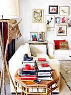 客厅一角。沙发是用Gastón Y Daniela的仿羔皮呢包覆的。上世纪40年代的法式小边桌是在La Tienda De Reforma购买的,上面摆着购自Schneider & Colao的上世纪70年代美式雕刻台灯和Jonathan Adler的古董花瓶。桌子上方挂着Fernand Léger的画作。最近处是在EL 8购买的柳藤编织的上世纪50年代的牛头落地灯和Becara的竹制桌。