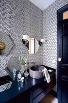 客房浴室里,壁纸来自Cole & Son,壁灯则来自Maximalista。