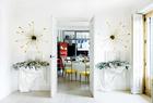 檞寄生和圣诞树平放在一对在Alejandro Fauquié购买的Frédéric Méchiche石膏靠墙小桌上。小桌的上面还各摆放着一幅在Inés Barrenechea购买的Maite Labiaga的摄影作品。壁灯为Jon Urgoiti,往里是餐厅和厨房。