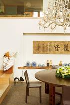 """一入口放着""""护荫""""的石板,是这个家的精神话语。"""
