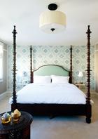 Lili赋予每间卧室不同的样式,希望带给居住者不同的体验。木质的床头优雅而庄严。墙面的纹样灵感来自于当地的大巴扎市场。