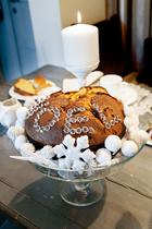 """温馨的光线和那些令人垂涎的甜点都为这个家带来了无法抗拒的幸福感。被白色装饰物包围着的圣诞蛋糕,上面还用小水晶球摆出了一个词——""""爱""""!"""