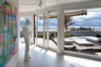 客厅,从这里看得到莱蒙湖,墙上是Bernard Frize的作品,旁边是Xavier Veilhan的雕像,阳台上装饰着JoséGandia Blasco的家具。