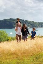 在这里度假时,Guillaume Terver与妻子、孩子Paul和Louis都喜爱在海边的草丛中散步。