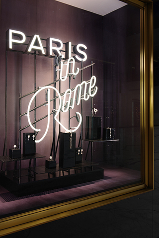 """香奈儿""""巴黎在罗马""""高级手工坊系列 主题橱窗亮相北京与上海"""