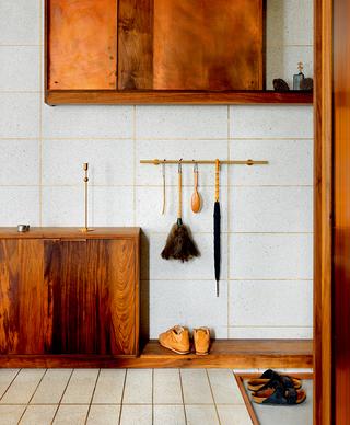 水磨石和黄铜打造色彩斑斓的家