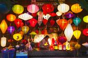 越南水声淙淙,灯影幢幢,绷紧在竹架上的绸缎裹出屋檐楼角间那一盏姹紫嫣红,内里藏起轻曳的烛火,燃亮后...