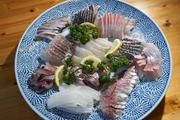 """画面再美,还是要把它们吃进肚子里。Ayaka水产的一家人除捕鱼外还开设有餐厅""""母母の手"""",已开业七年。..."""