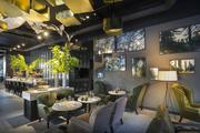 餐廳運用大量植物與索菲亞·西爾維婭(Sofija Silvia)的樹陰主題攝影虛實并進,讓人難以區分究竟身處藝...