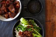 亚洲风味炖猪颈肉配香米饭以及鲜蔬