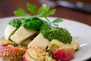 罗马尼亚特色美食:鲜烹鸡胸肉,配桃子与藜麦
