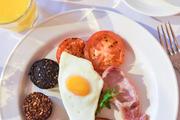 传统都柏林早餐,猪血肠,煎鸡蛋,培根,熏肉,西红柿,肉肠,咖啡