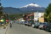 智利普孔位在智利比亚里卡湖畔的普孔因其绝美的黑色沙滩和各式户外活动闻名。