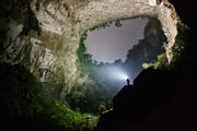 """别有洞天 越南 韩松洞 摄影:Ryan Deboodt """"公园主要由喀斯特高原地貌与热带雨林组成,尤以多样的地质和..."""