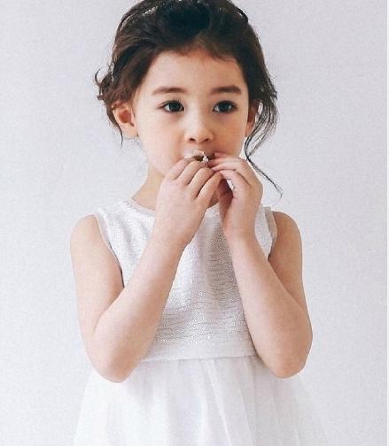 5岁混血宝宝网络走红 大眼呆萌可爱多变图片