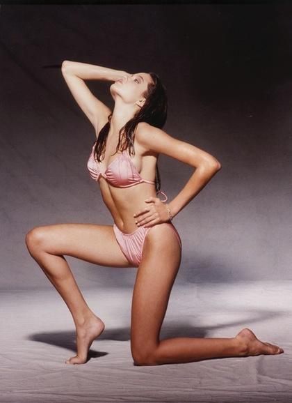 女人裸体逼逼照_安吉丽娜·朱莉16岁比基尼辣照 青春逼人鲜艳欲滴
