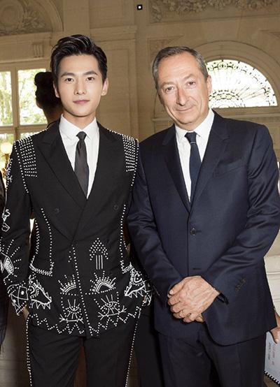 杨洋巴黎看秀一袭宫廷珠绣西装变身贵公子