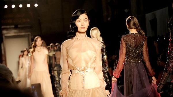 中国香港模特林莉现身巴黎高订时装周图片