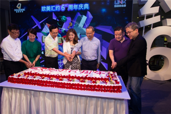 大家共同切开象征着六周年辉煌的巨型庆生蛋糕图片