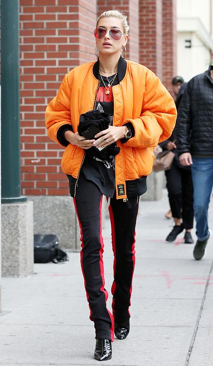 Hailey Baldwin纽约出街 着飞行夹克帅气范足
