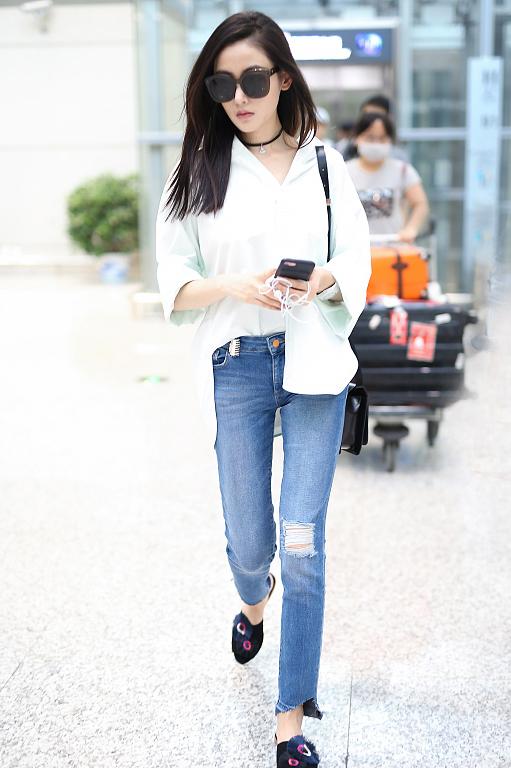 张天爱着白色衬衫现身机场 一身搭配时尚干练