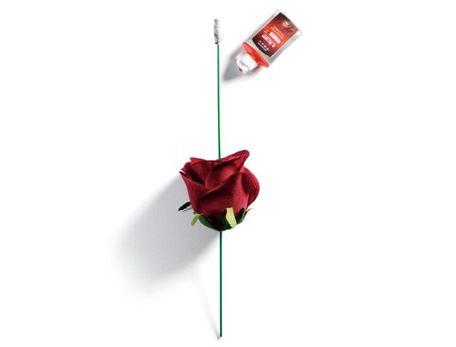 任何的香水一瓶,玫瑰火把魔术道具一只,火机油一瓶.
