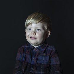 孩子们在电视前是什么表情?
