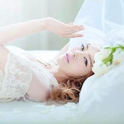 白色捧花与少女