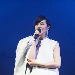 郁可唯台北二次开唱 白色礼服秀逆天美腿超吸睛