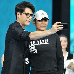 马伊琍袁泉亮相《我的前半生》首播发布会 陈道明靳东发布会自拍合影