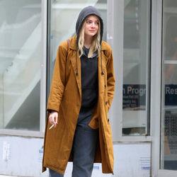 艾玛-斯通黑色帽衫+卷边裤休闲随性