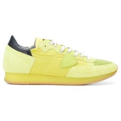 穿上一双亮色球鞋骚气地出街去