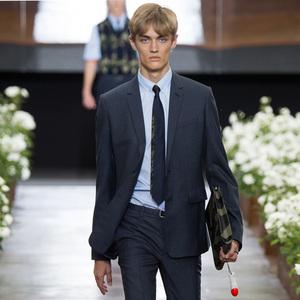 玫瑰园以及大步走的Dior男孩