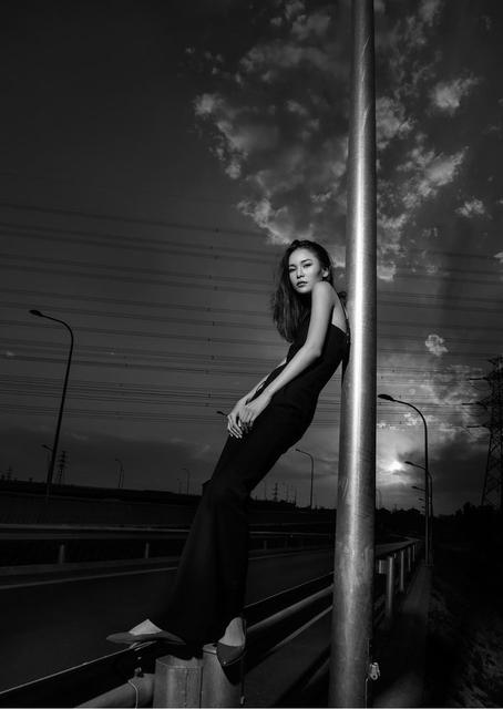 穿黑色连体服的长腿女郎