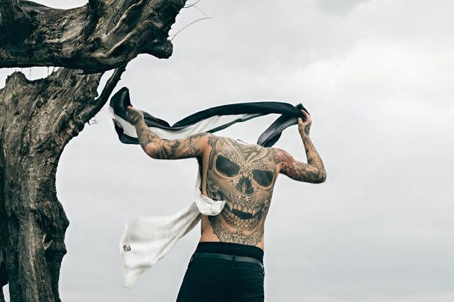 来自英国Stephen James是近几年时装界炙手可热的帅气男模,遍布全身的刺青是他最大的特色,他是霸气与帅气的完美结合。本次演绎TatuSpirit的最新大片,用他狂野的刺青,搭配优雅的商务装,这种混搭的碰撞,更能突出各自的个性。