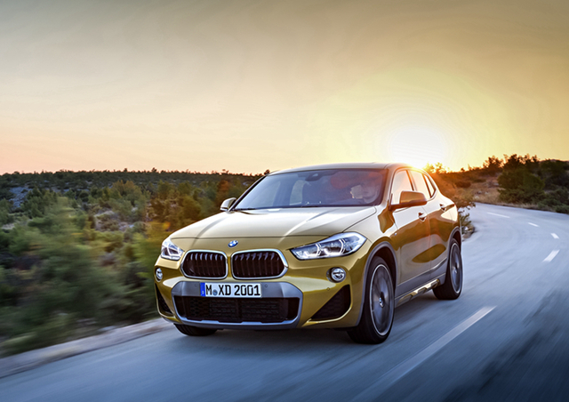 BMW X2的外观造型和以往概念车的设计思路并没有太大差异,前脸的设计依旧延续了BMW家族的经典风格。但全新的双肾型进气格栅已有了霸气侧漏的气势,扁平化的设计和狭长的前灯相得益彰。而前保险杠设计较之以前,也有了十分明显的线条感,显得非常利落和动感。