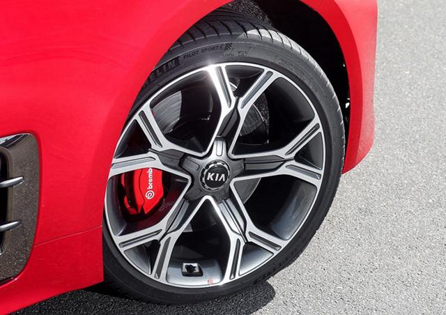 """不过,Kia并不只有""""调皮""""的一面,在车侧身叶子板上的垂直镀铬盖板中,就加入了对空气力学的切实考量,可以有效较少车辆周围乱流的产生与涌动,大大增加了驾驶员在行车时的稳定性和安全性。这样贴心的设计对于刚刚上路的新手来说,也很令人安心了吧。"""