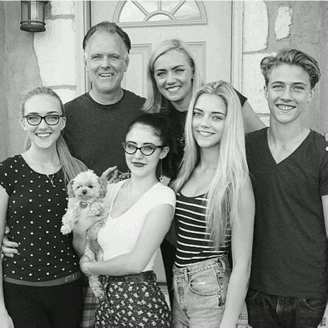 一家人都长这么美,绝对是上辈子拯救了宇宙。