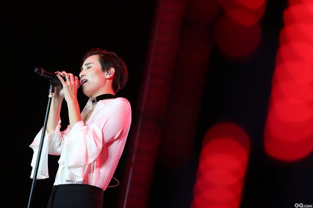 宋佳在颁奖典礼完美献唱!