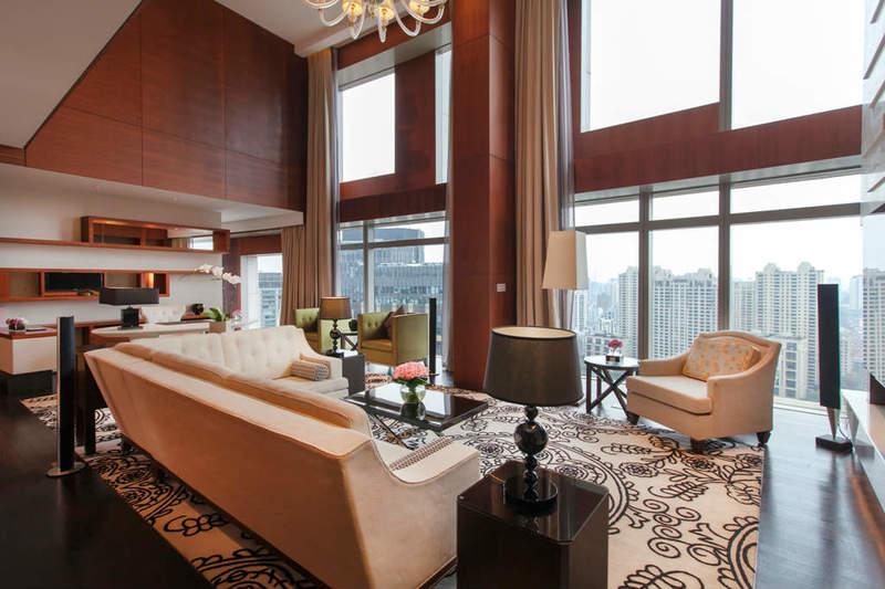 该套房房型为复式结构,总面积达180平米;室内一层为巨型客厅和开放式