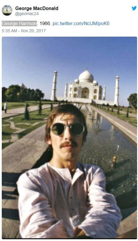 披头士成员之一乔治·哈里森在1966年泰姬陵前的自拍照.