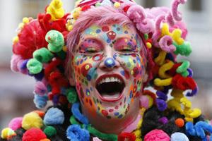 德国多地狂欢节盛大开幕 民众浓妆艳抹扮小丑