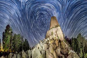 摄影师模仿梵高《星夜》拍摄涡状星空