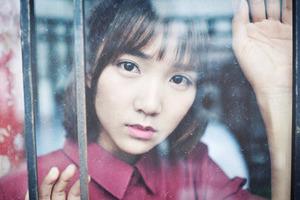 窗前的女孩