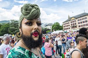 世界多地举行同性恋大游行 奇葩装扮令人大跌眼镜