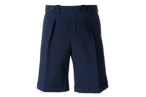一条褶皱短裤的浪漫优雅