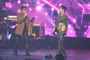 周杰伦地表最强香港演唱会最后一场 谭咏麟惊喜现身