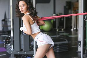 练臂力的健身女郎