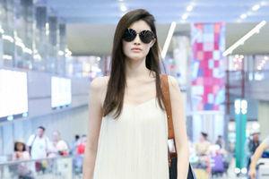 何穗白色吊带长裙仙气十足 墨镜+丝绒短靴时尚霸气